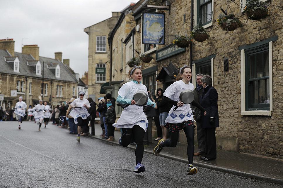 Участники ежегодной блинной гонки в Англии.  13 февраля 2018 года