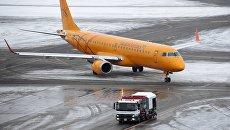 Самолет авиакомпании Саратовские авиалинии в аэропорту Домодедово. Архивное фото