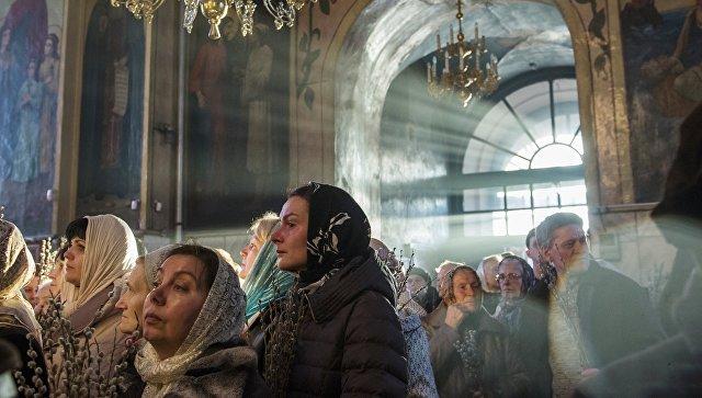 Прихожане во время службы в канун празднования Входа Господня в Иерусалим. Архивное фото
