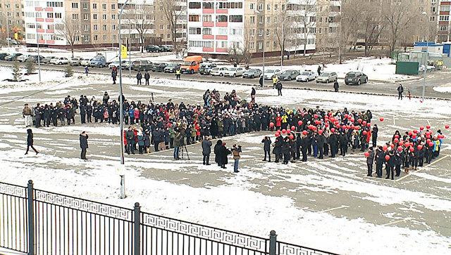 Участники акции памяти о жертвах крушения Ан-148 в Оренбурге. 16 февраля 2018