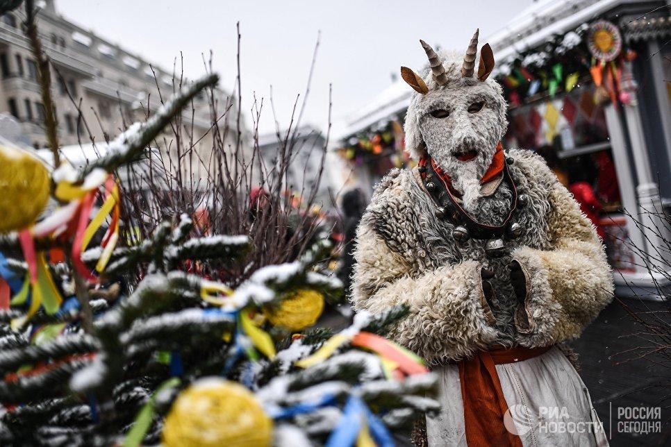 Участник Масленичных гуляний на Манежной площади в Москве
