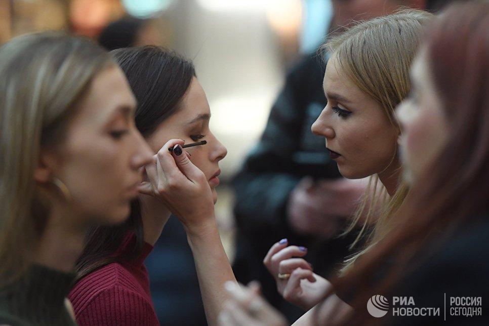 Девушка во время макияжа на открытом кастинге национального конкурса Мисс Россия в торговом центре Афимолл Сити в Москве
