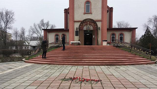 Цветы у Свято-Георгиевского храма в Кизляре, где 18 февраля местный житель открыл стрельбу из ружья по прихожанам