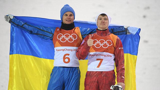 Александр Абраменко (Украина), занявший первое место и Илья Буров (Россия), занявший третье место в финале лыжной акробатики на соревнованиях по фристайлу среди мужчин на XXIII зимних Олимпийских играх в Пхенчхане