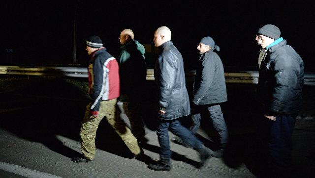 Украинские военнослужащие во время обмена вблизи Константиновки под Донецком, где поздним вечером состоялся обмен пленными между ополченцами ДНР и украинскими силовиками по формуле 25 на 25. Архивное фото