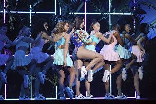 Дуа Липа во время выступления на Brit Awards 2018 в Лондоне