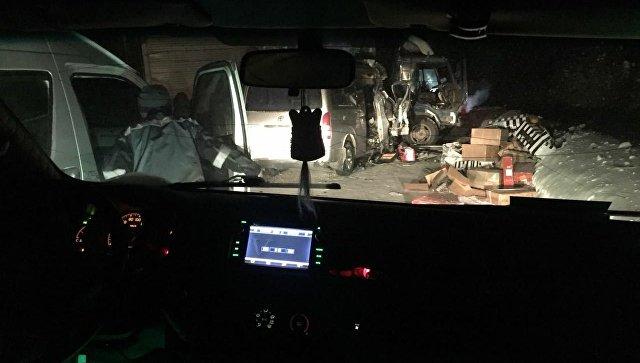 На месте ДТП с участием двух автомобилей на федеральной автомобильной дороге Вилюй в Якутии. 24 февраля 2018