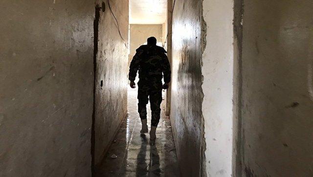 Офицер армии САР на КПП в районе гуманитарного коридора Вафидин в восточном пригороде Дамаска