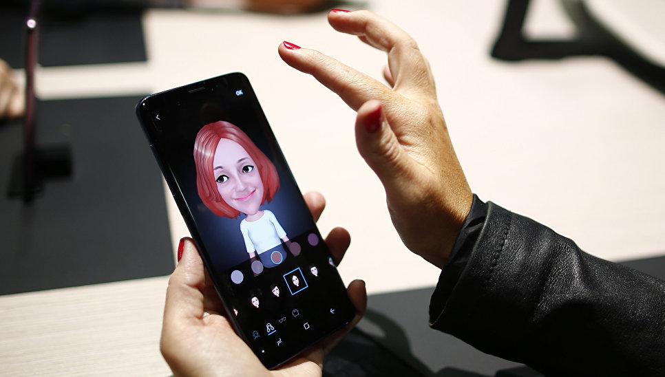 Девушка держит новый смартфон Samsung Galaxy S9 на мероприятии Samsung Galaxy Unpacked 2018 в Барселоне, Испания. 25 февраля 2018 года