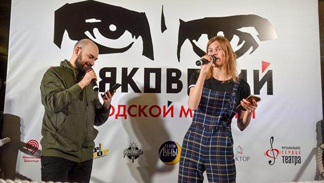 Участники поэтического баттла на станции метро Маяковская. 27 февраля 2018