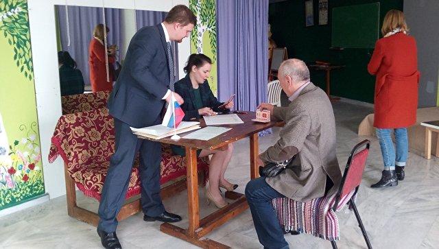 Первый избиратель на участке досрочного выездного голосования в городе Лутраки, Греция. 3 марта 2018