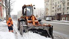 Сотрудники коммунальных служб убирают последствия снегопада на Тверской улице в Москве