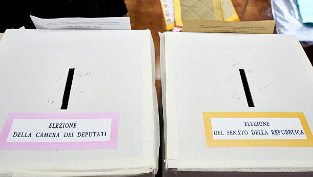 Две урны для голосования двумя разными бюллетенями, для Палаты депутатов и Сената, на избирательном участке Рима во время парламентских выборов в Италии. Архивное фото