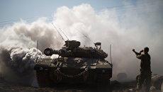 Израильский солдат и танк. Архивное фото