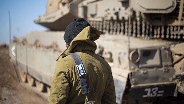 Израильский солдат на Голанских высотах в районе границы с Сирией. Архивное фото