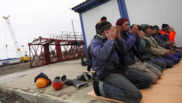Совершение намаза строителями-мусульманами . Архивное фото