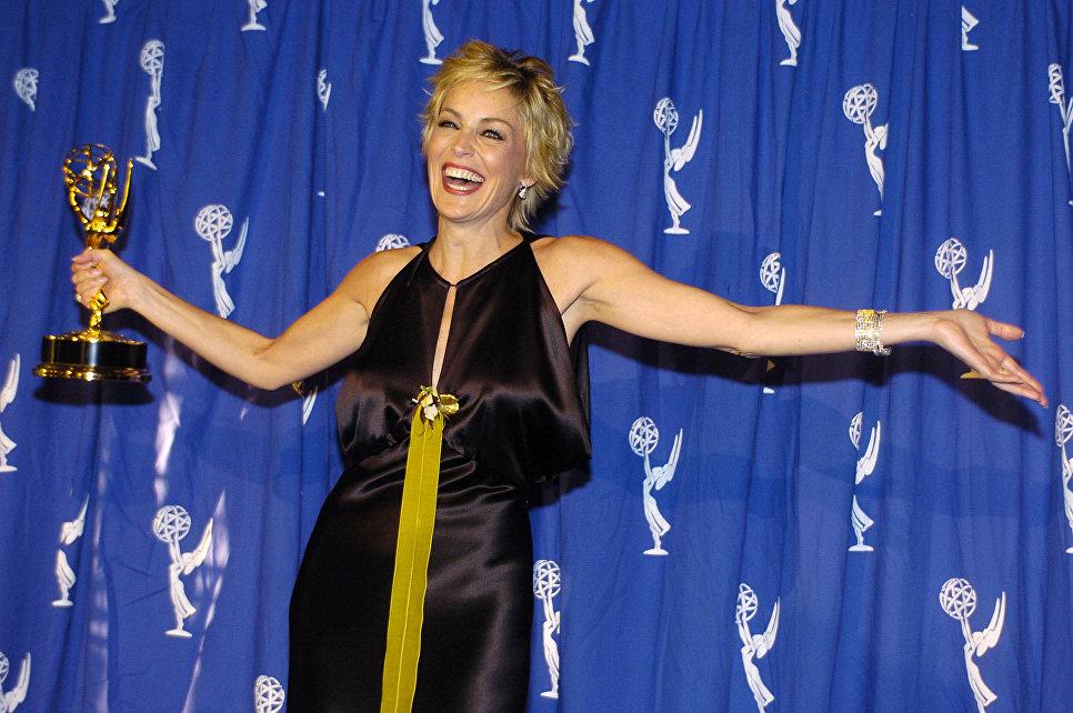 Актриса Шэрон Стоун с Эмми за телесериал Практика в номинации Лучшая приглашенная актриса драматического сериала во время премий Emmy Creative Awards 2004 в Лос-Анджелесе
