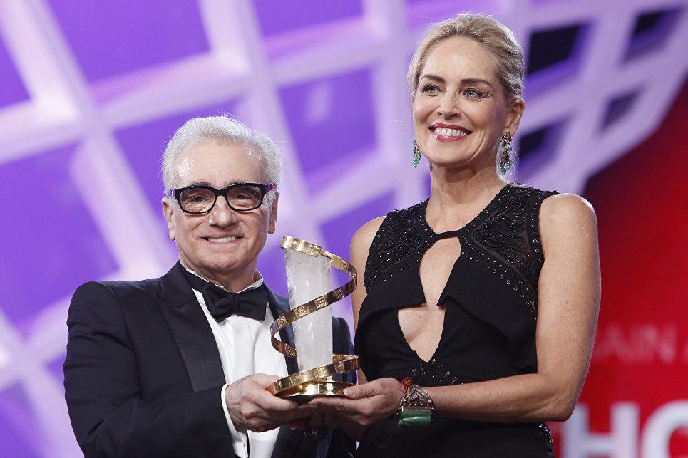 Американская актриса Шэрон Стоун принимает награду от режиссера Мартина Скорсезе во время церемонии открытия на Международном кинофестивале в Марракеше, 29 ноября 2013 года