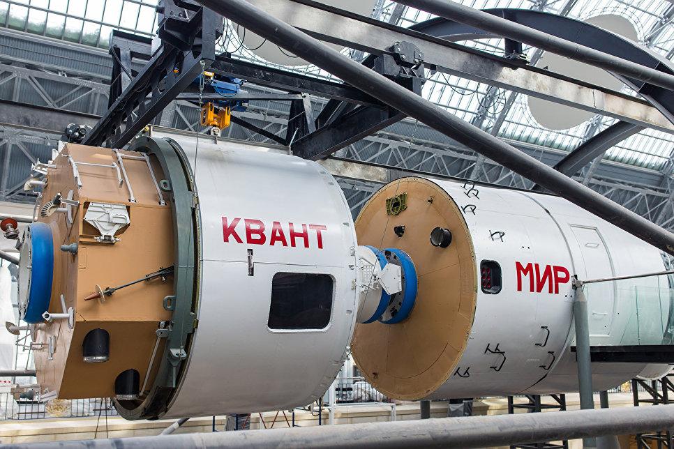 Полноразмерный макет Орбитального комплекса «МИР» с имитацией стыковки полноразмерных модулей «Мир» и «Квант»