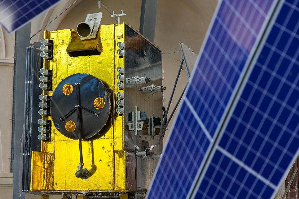 Полноразмерный макет современного космического аппарата связи на базе негерметичной платформы «Экспресс-1000»