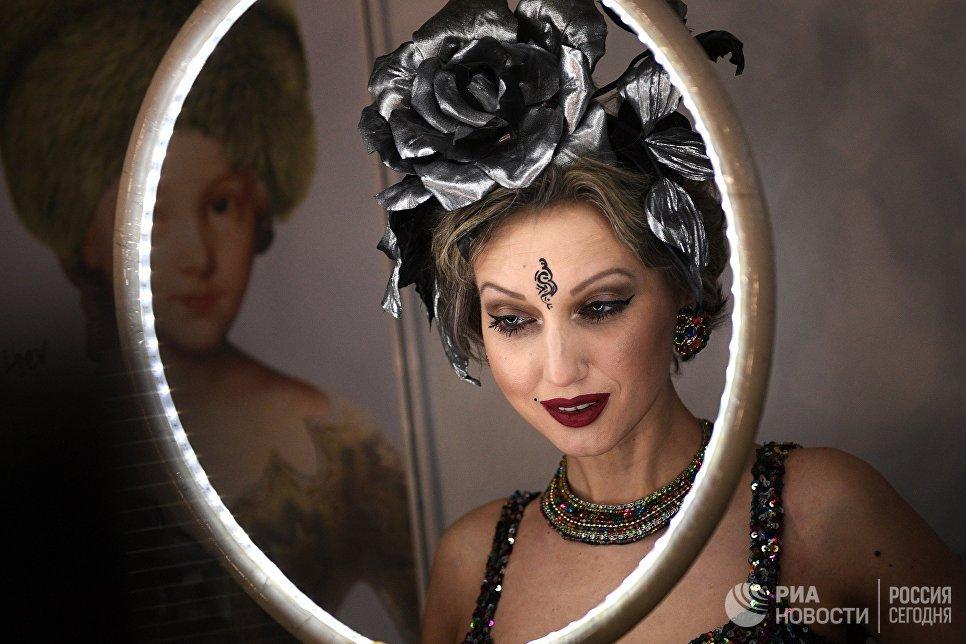 Модель в гримерке готовится к демонстрации одежды из новой коллекции дизайнера Вячеслава Зайцева в рамках Mercedes-Benz Fashion Week Russia в Центральном выставочном зале Манеж в Москве
