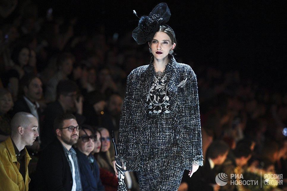 Модель демонстрирует одежду из новой коллекции дизайнера Вячеслава Зайцева в рамках Mercedes-Benz Fashion Week Russia в Центральном выставочном зале Манеж в Москве. 10 марта 2018