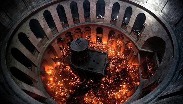 Церемония схождения Благодатного Огня в церкви Гроба Господня в Иерусалиме. Архивное фото
