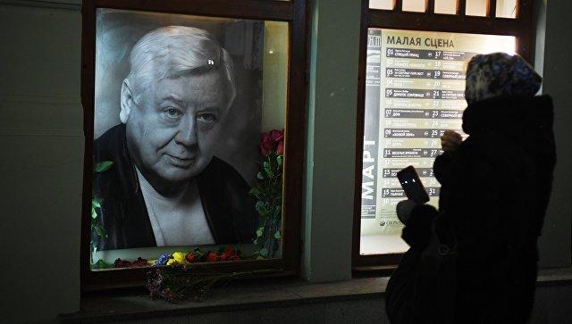 Цветы у портрета Олега Табакова возле главного входа в МХТ им. А.П. Чехова в связи со смертью артиста. 12 марта 2018