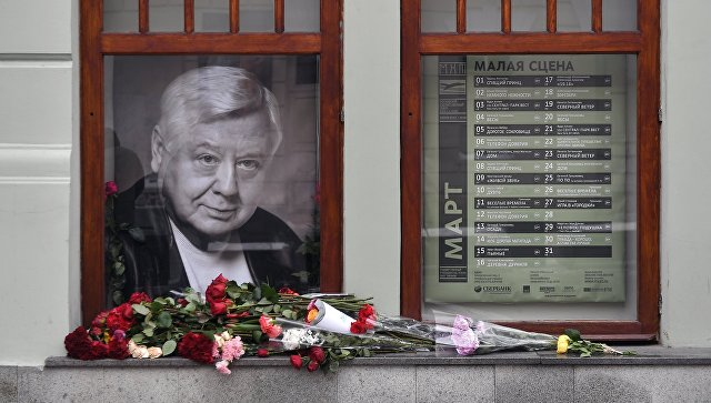 Цветы у портрета Олега Табакова возле главного входа в МХТ имени А.П. Чехова. 13 марта 2018