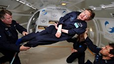 Британский физик-теоретик Cтивен Хокинг во время полета в невесомости на борту самолета Boeing 727