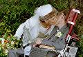 Британский физик-теоретик Cтивен Хокинг с невестой после свадебной церемонии