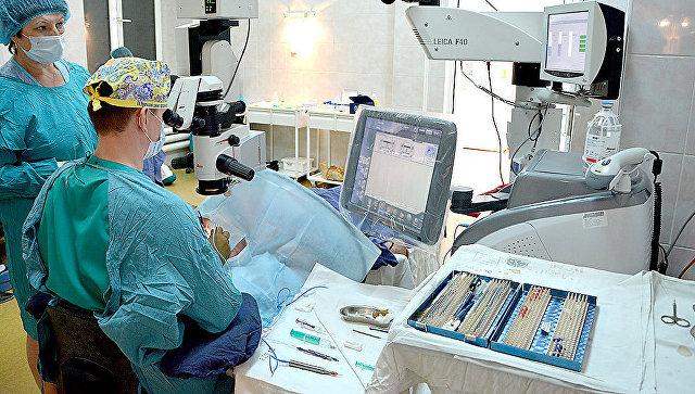 Заведующий офтальмологическим отделением Областной клинической больницы №1 Григорий Викторович Симоненко во время операции. 14 марта 2018