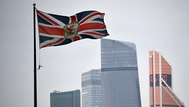 Флаг Соединенного Королевства на здании посольства Великобритании в России в Москве. Архивное фото