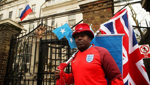 Английский футбольный болельщик у здания консульского отдела посольства РФ в Лондоне, Великобритания. 13 марта 2018