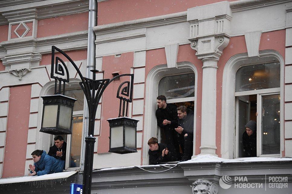 Молодые люди в окнах Школы-студии МХАТ в Камергерском переулке во время прощания с актером и режиссером Олегом Табаковым