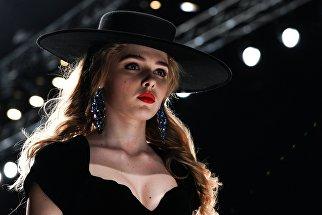 Модель во время показа коллекции одежды Лаборатории Моды Вячеслава Зайцева в рамках Mercedes-Benz Fashion Week Russia в Центральном выставочном зале Манеж в Москве