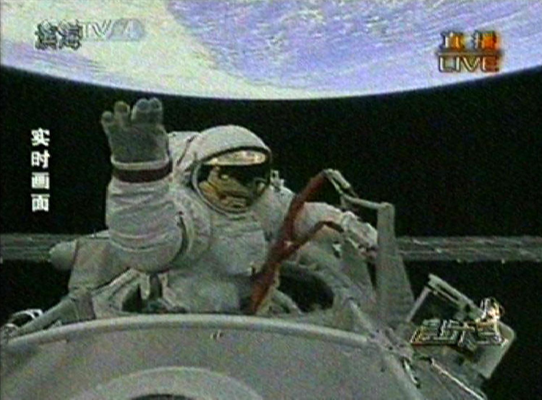 Китайский космонавт впервые вышел в открытый космос. Кадр телеканала CCTV