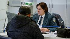 Посетитель в инспекции Федеральной налоговой службы РФ