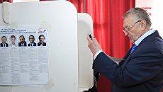 Кандидат в президенты РФ от ЛДПР Владимир Жириновский у кабинки для голосования на выборах президента. Архивное фото