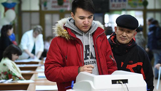 Избиратели голосуют на выборах президента РФ на избирательном участке №2579 в Москве. 18 марта 2018