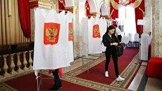 Избиратели голосуют на выборах президента РФ на избирательном участке № 2010 в Краснодаре. 18 марта 2018