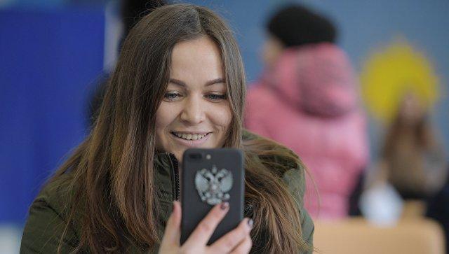 Девушка во время голосования на выборах президента РФ на избирательном участке № 90 в Москве. 18 марта 2018