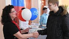 Молодой человек голосует на выборах президента Российской Федерации на избирательном участке в Чите. 18 марта 2018