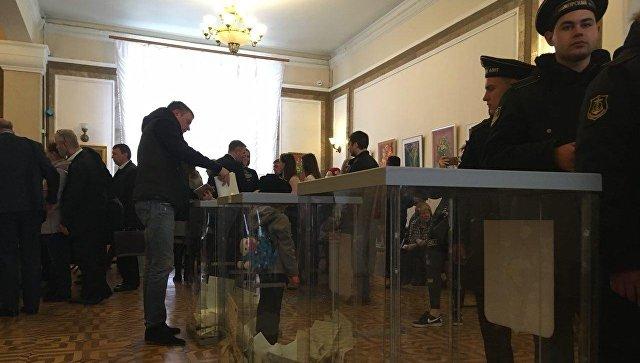 Представители ФРГ и Норвегии наблюдают за голосованием на участке № 99 в Севастополе, Крым. 18 марта 2018