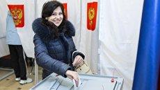 Женщина голосует на выборах президента РФ. Архивное фото