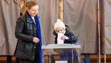 Избиратель голосует на выборах. Архивное фото