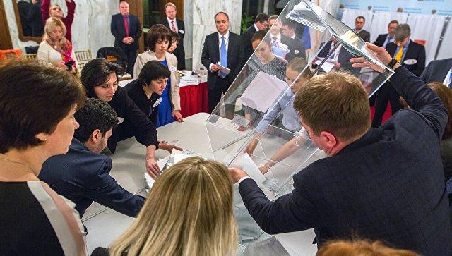 Подсчет голосов на выборах президента РФ на избирательном участке в посольстве РФ в Вашингтоне