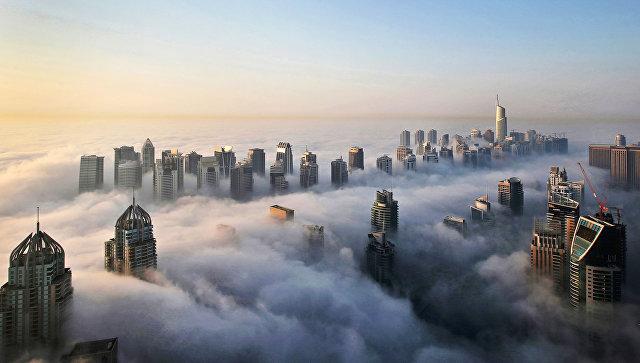 Вид на небоскребы Дубая сквозь облака
