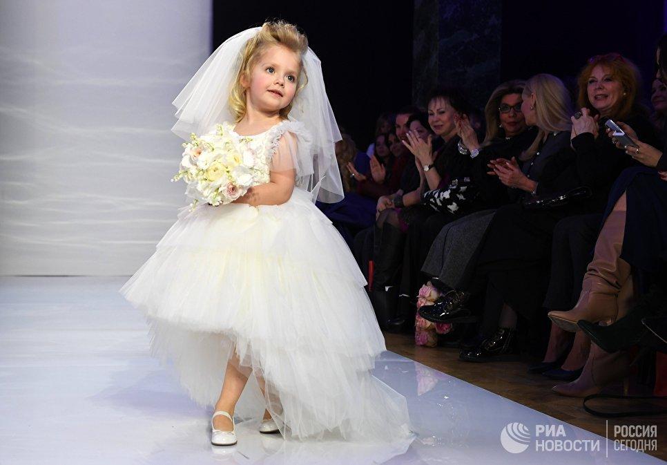 Дочь певицы Аллы Пугачевой и телеведущего Максима Галкина Лиза во время показа новой линейки Дома моды Yudashkin Kids в рамках 39-й Недели моды в Москве. Сделано в России
