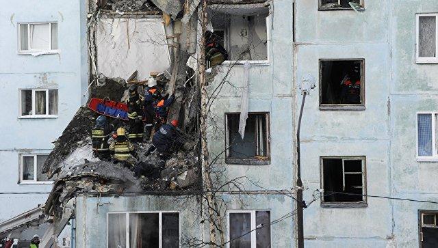Спасатели МЧС РФ ликвидируют последствия взрыва бытового газа в многоквартирном жилом доме на улице Свердлова в Мурманске. 20 марта 2018